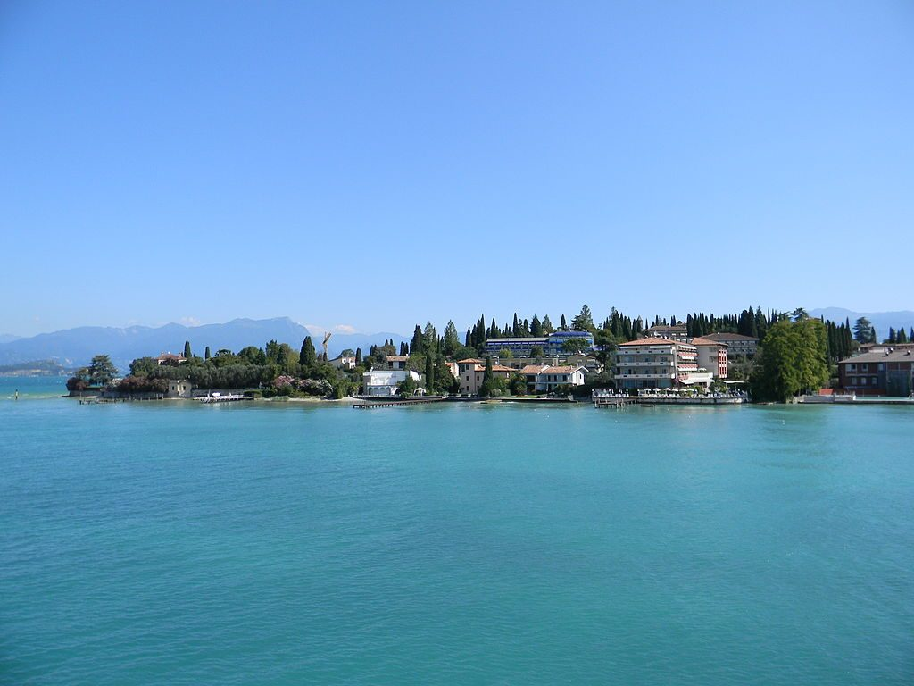 """Péninsule de Sirmione"" by © Xavier Caré / Wikimedia Commons. Licensed under CC BY-SA 3.0 via Wikimedia Commons - https://commons.wikimedia.org/wiki/File:P%C3%A9ninsule_de_Sirmione.JPG#/media/File:P%C3%A9ninsule_de_Sirmione.JPG"