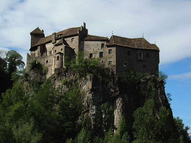 """Schloss Runkelstein ext"" di suedtirol-altoadige - Flickr. Con licenza CC BY 2.0 tramite Wikimedia Commons - https://commons.wikimedia.org/wiki/File:Schloss_Runkelstein_ext.jpg#/media/File:Schloss_Runkelstein_ext.jpg"